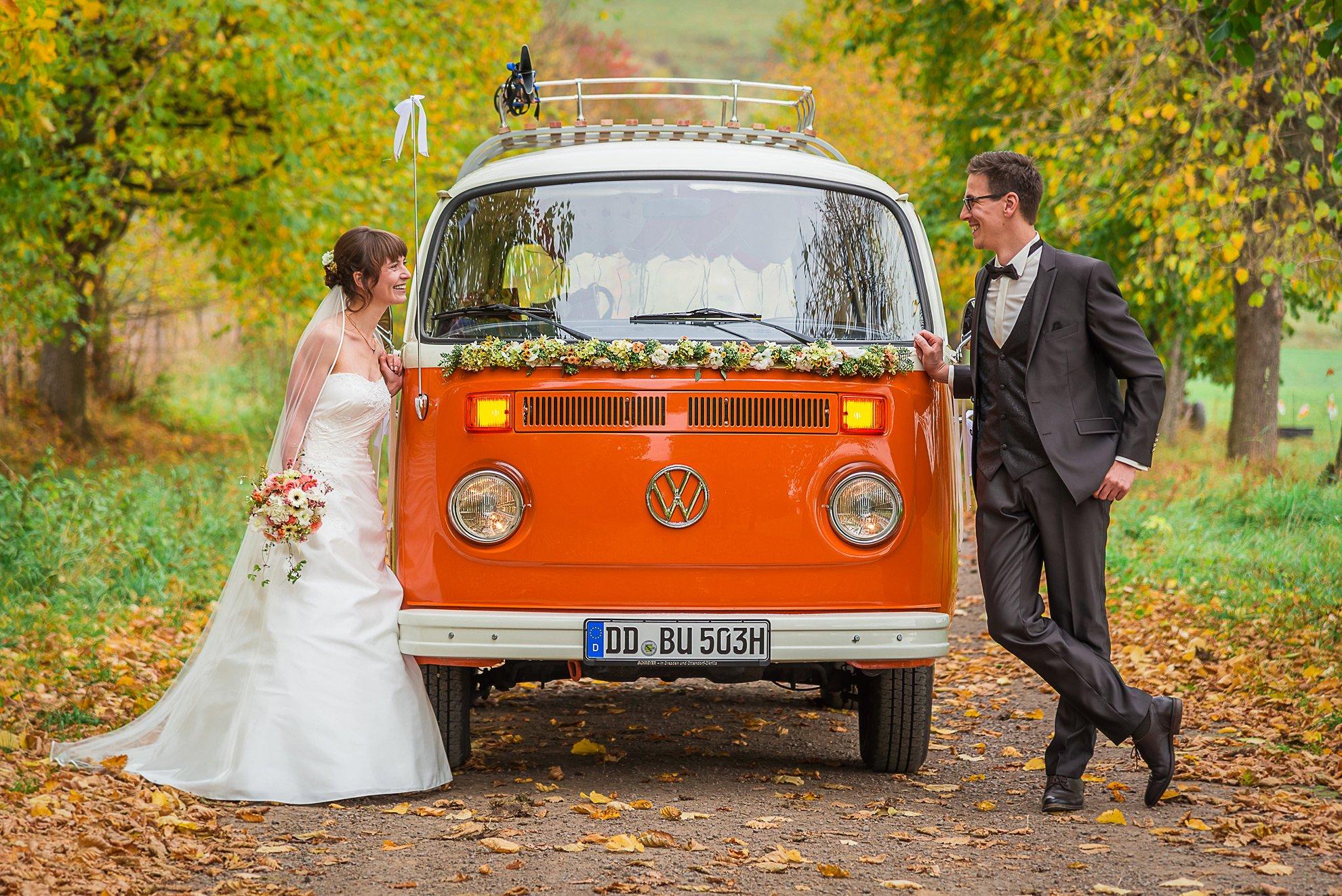 Hochzeit im Herbst mit Bulli